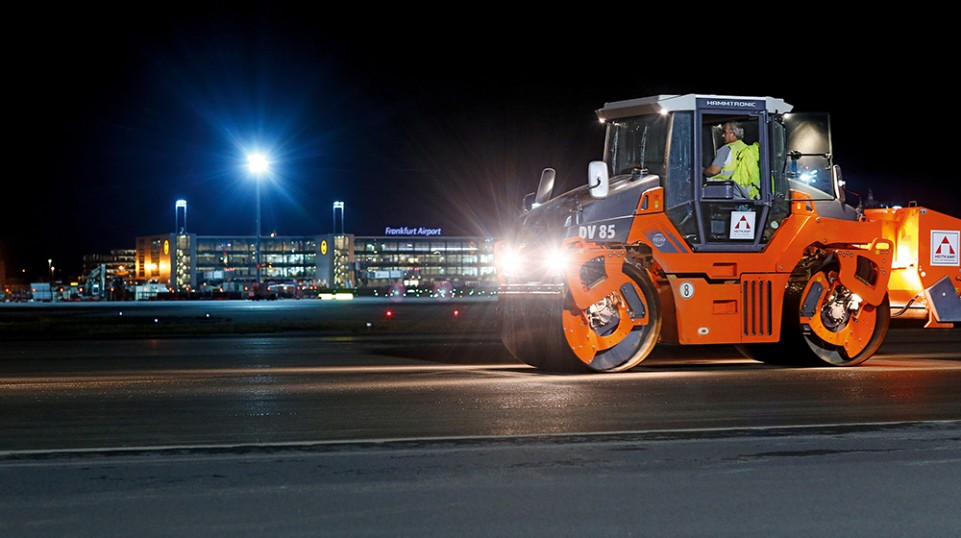 Pivot-steered DV 85 rollers from Hamm provided for efficient and high-quality compaction of the asphalt. Their good lighting was a quality factor that enhanced both safety and quality on their nighttime assignments.