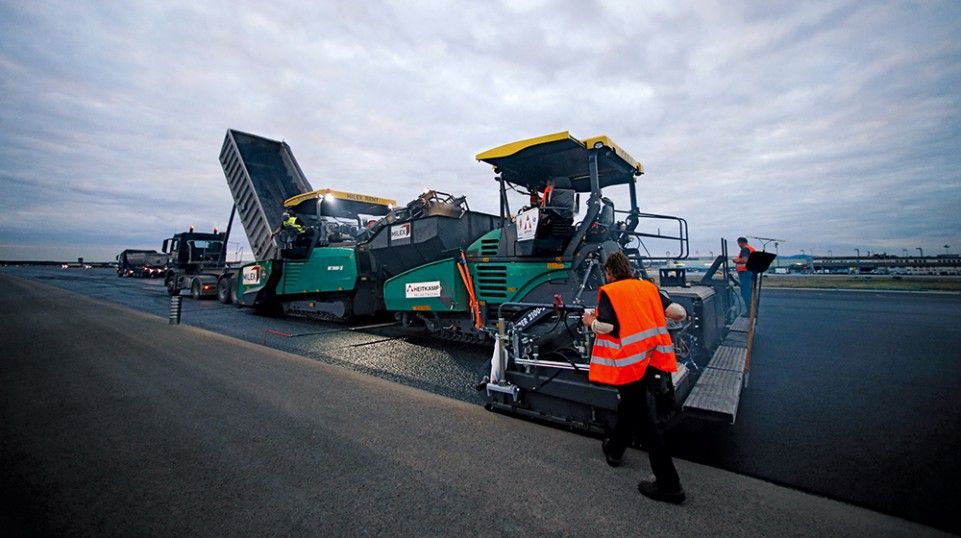 A strong team: The MT 3000-2i feeder transfers asphalt to the SUPER 2100-2i. Like the other three Vögele pavers, the SUPER 2100-2i also was working with an AB 600 Extending Screed from Vögele.