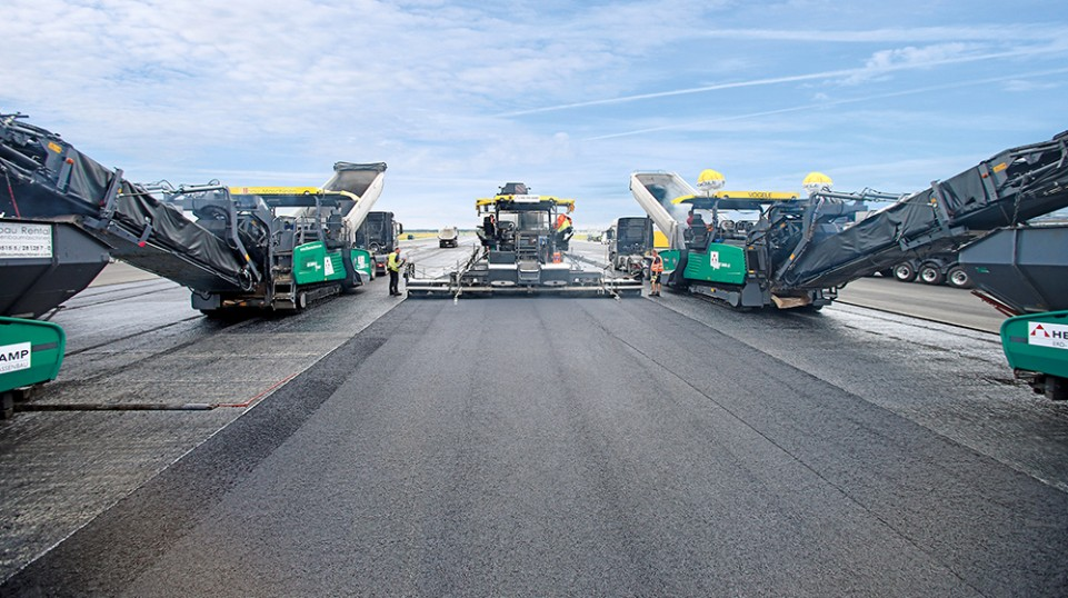 Vögele had an armada of eight machines to ensure high-tech asphalt paving. The lead paver – a Vögele SUPER 1900-3i – was equipped with two Big Skis for perfect leveling of the layer thickness.