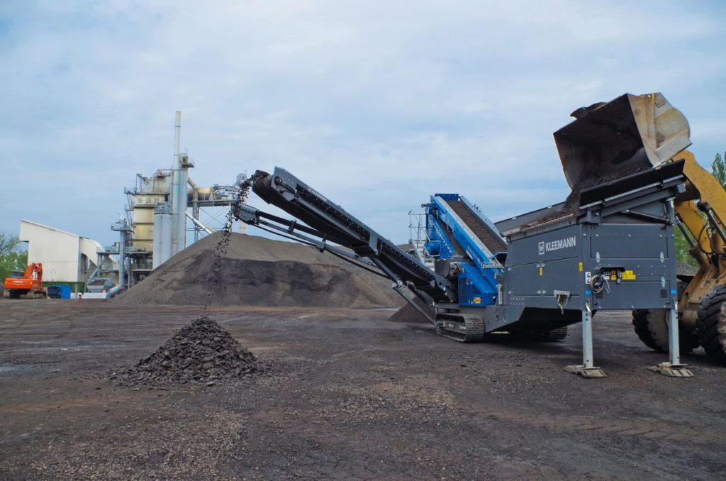 By combining the mobile three-deck classifiying screen MOBISCREEN MS 16 D and a stationary asphalt mixing plant BA 4000, the Juchem group optimized its recycling process.