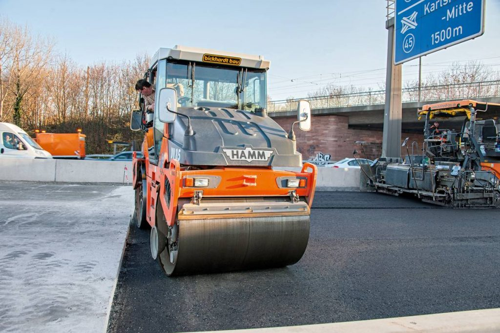 The track offset of the pivot-steered DV 85 VO tandem roller from Hamm is so large that it makes precision jobs very easy, like here, where it is compacting along the edge of the concrete.
