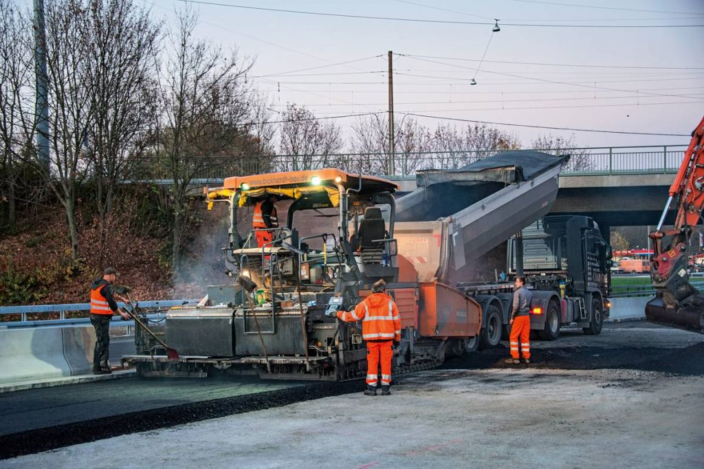 Paver operator Pascal Reichmann is impressed with more than just the high user-friendliness of the Vögele SUPER 1900-2. The tips and tricks he learned in a one-week training class at the Vögele plant in Ludwigshafen also help him on the job every day.