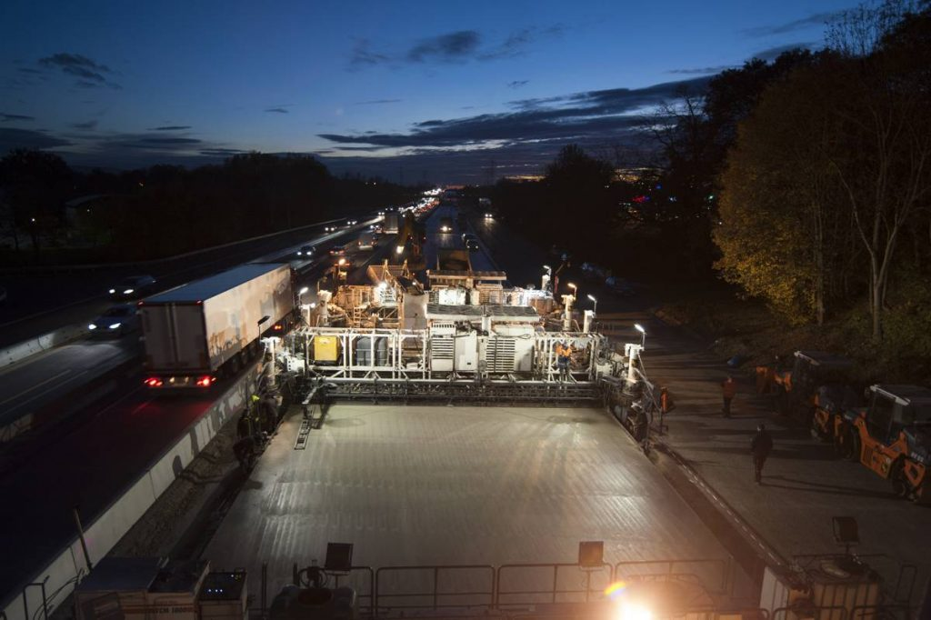 Dual-layer concrete paving, 27 cm thick in total, around the clock on the A5 near Karlsruhe-Durlach. The Wirtgen SP 1500 really hit the mark on this job with its high flexibility, which enabled the concrete paver to quickly be reconfigured as required after 1 km.