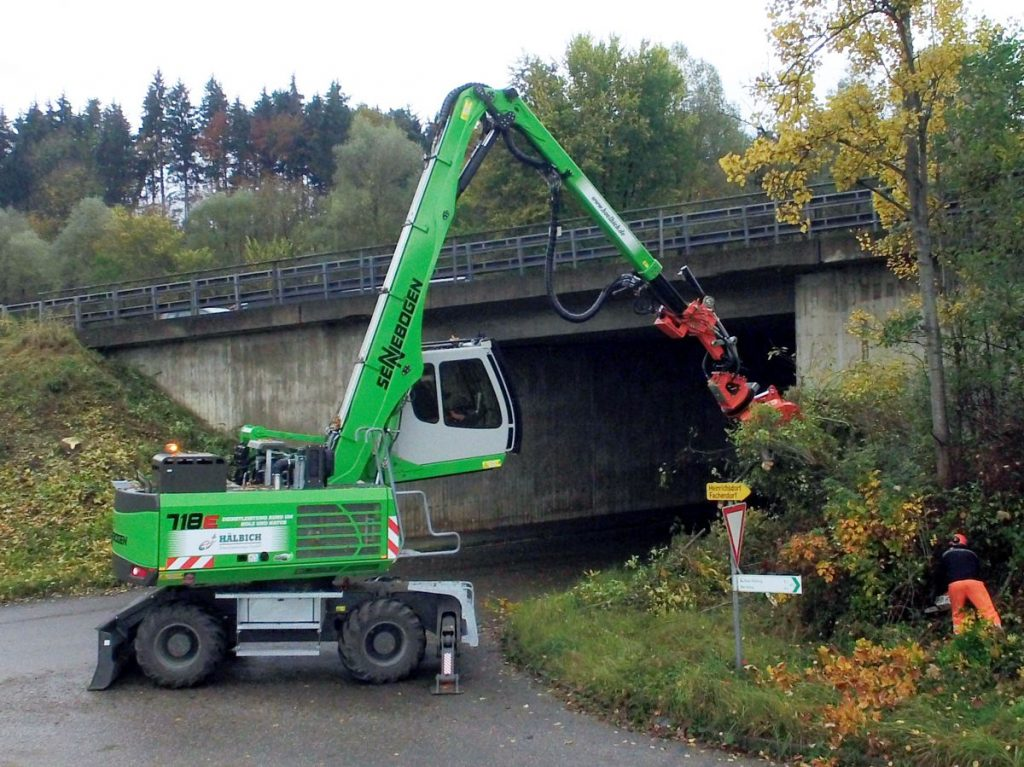 Hälbich Dienstleistungs GmbH uses a SENNEBOGEN 718 E-series with Westtech Woodcracker cutter head to clear embankments along autobahn A8.