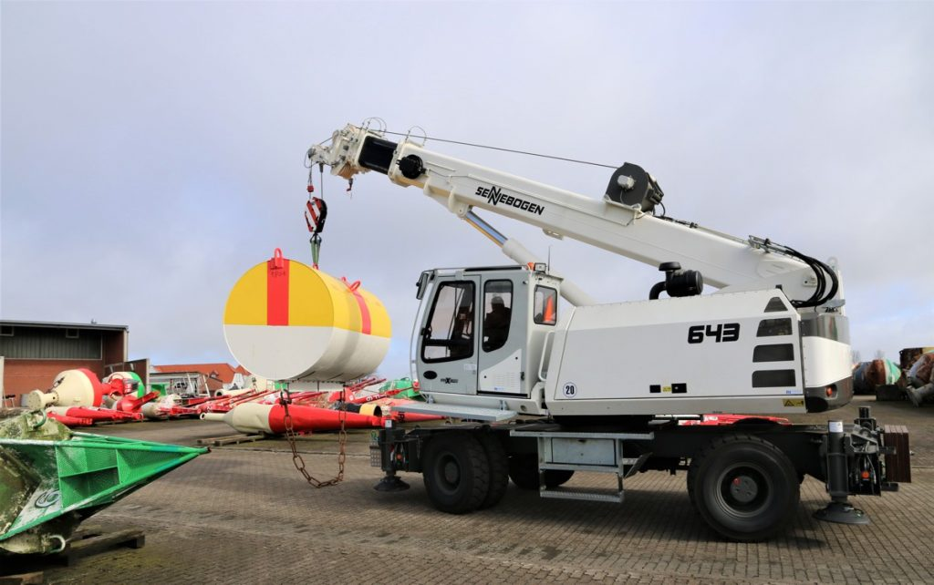 The mobile SENNEBOGEN telescopic crane 643 is used to put all buoys at WSA Tönning into storage, take them out of storage, as well as dismantle them for maintenance purposes.