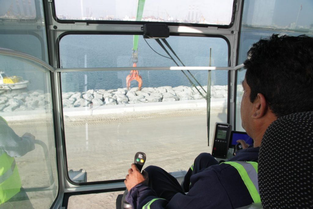 The spacious Portcab offers the operator an ideal overview of the work area. GPS and Cactus Grab are used to position the rocks down to the nearest millimeter to shape the coastline.