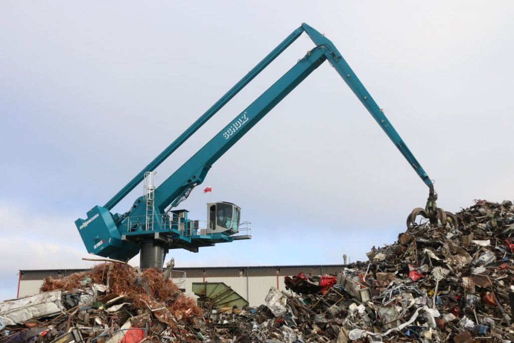Centrally positioned, the SENNEBOGEN 8130 EQ loads the 3000 PS shredder at Scholz Recycling at the Espenhain site. Thanks to the electric motor an balance concept the machine operates quietly and particularly energy efficiently at a range of 27m.