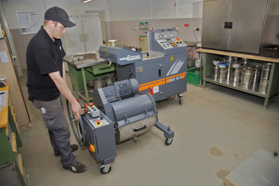 The right analysis and mixture for ideal pavement properties: the new WLB 10 S and the WLM 30 laboratory-scale mixer from Wirtgen offer those in charge of quality high reliability for their cold recycling project.