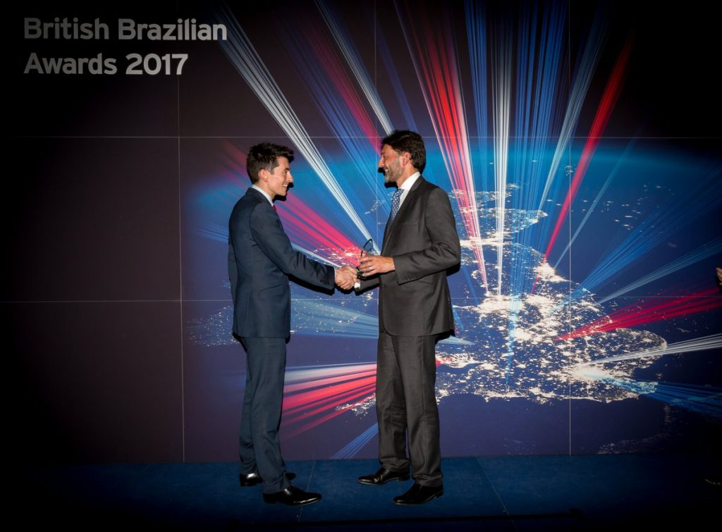 Oliver Bain, Business Development Manager at AGD (l), accepts the British Brazilian Award from Her Majesty's Ambassador to Brazil, Vijay Rangarajan.