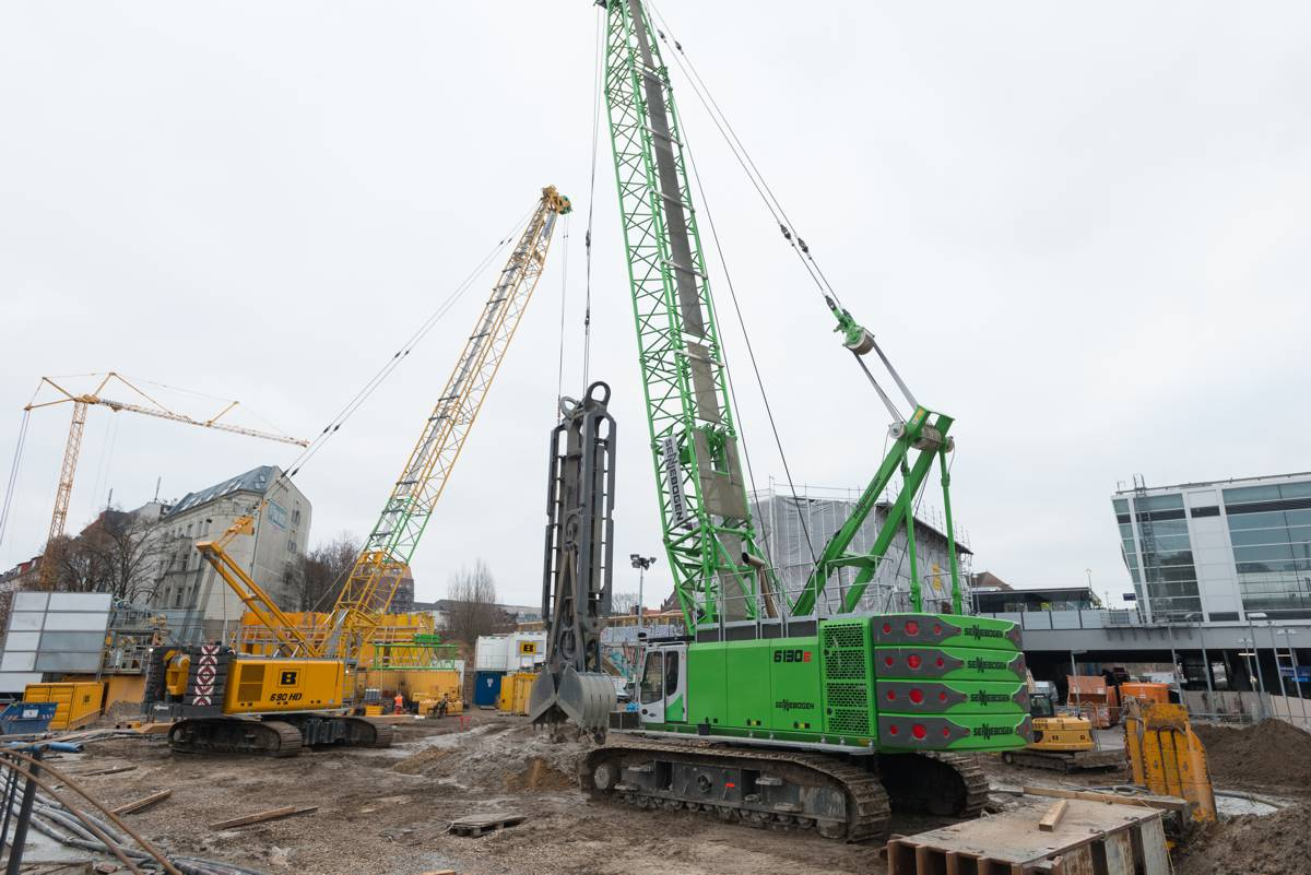 With a working weight of 130 t and 2 x 300 kN free-fall winches, the SENNEBOGEN 6130 HD works with a 25 t diaphragm wall grabber in preparatory works for the BAB 100 in Berlin.