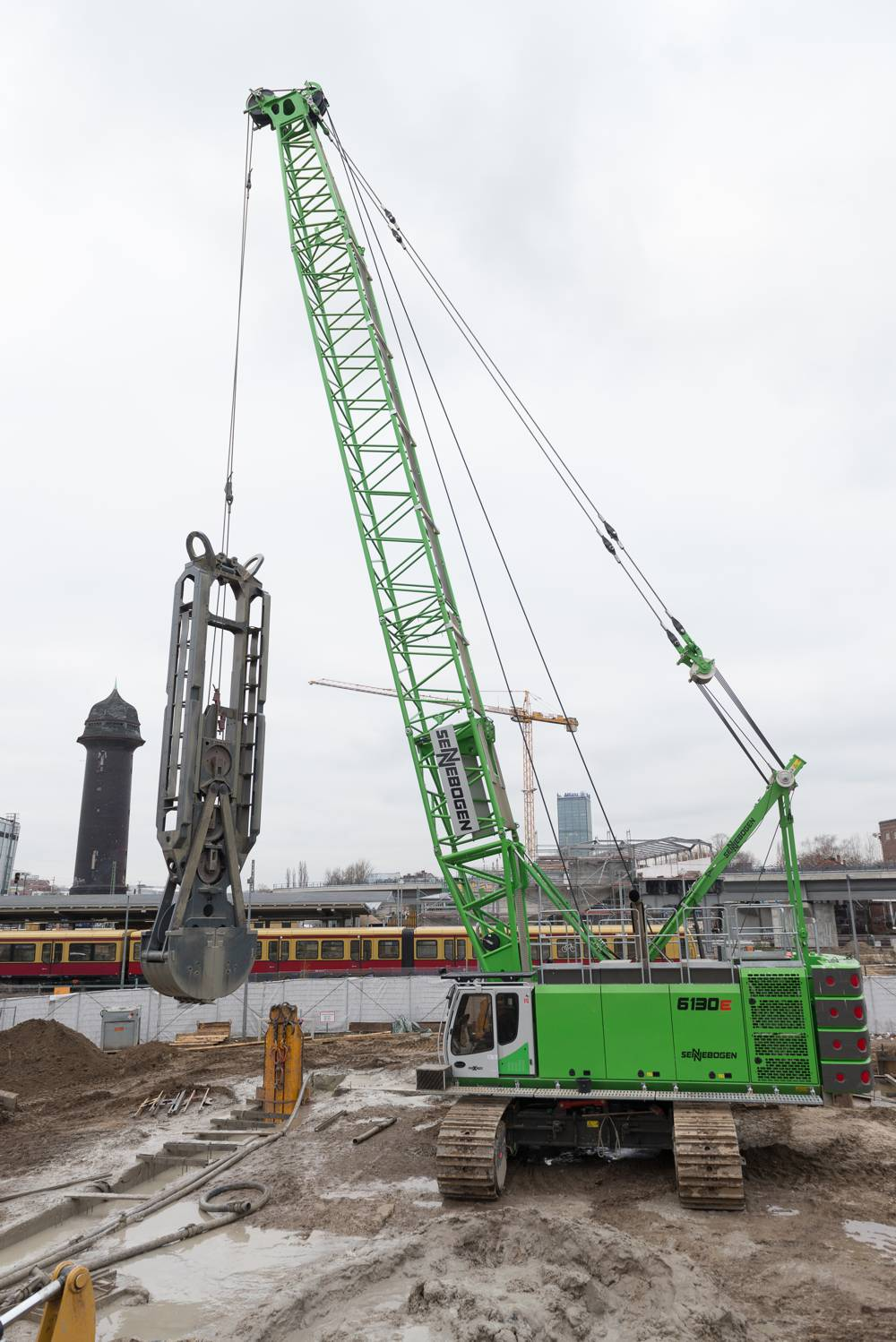Implementation of a total of two SENNEBOGEN duty cycle cranes in diaphragm wall operations: in Berlin, foundation works are being carried out at depths of up to 25 m.