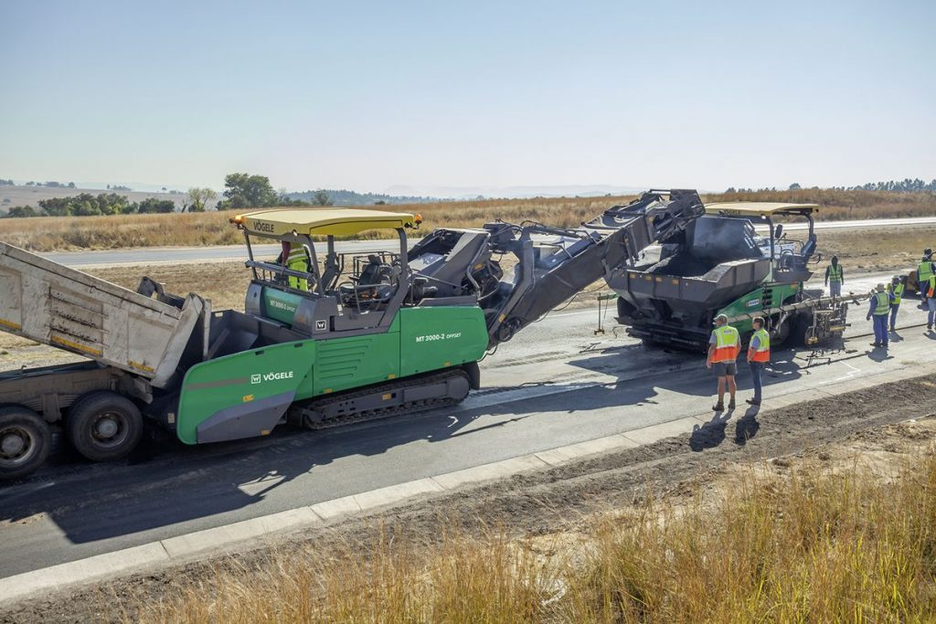 Non-contacting material transfer with anti-collision system: The VÖGELE material feeder communicates with the SUPER paver behind it, prevents collisions and even automatically maintains a constant distance in between.