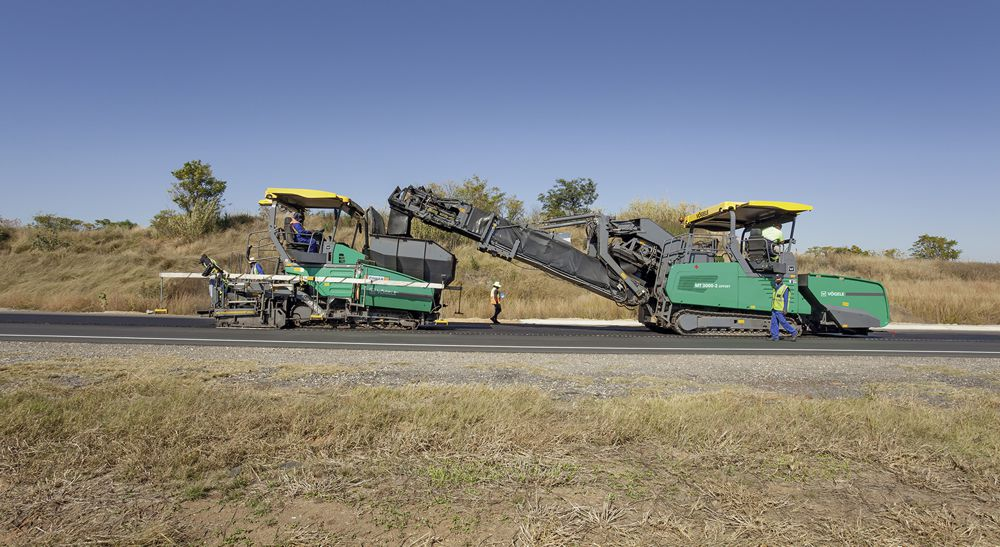 At work on national route N14 in South Africa: The MT 3000-2 Offset PowerFeeder is designed for a maximum laydown rate of 1,200t/h. In other words, a lorry carrying 25t of mix can be emptied in 60 seconds and a daily output rate of 4,000t achieved.