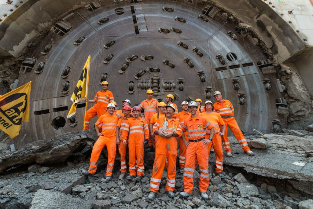 On June 21, 2017 the miners and project managers celebrated the breakthrough of the tunnel boring machine at the Belchen rehabilitation tunnel. Thanks to weekly best performances of up to 90 meters, the 3.2 km tunnel was completed in only 16 months.