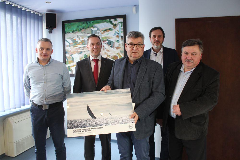 L-R: Sebastian Broncel, Volvo CE; Rob Lane, Volvo CE; Dariusz Gawlak, Warta; Mariusz Wisniewski, Volvo CE; Slawomir Goszczak, Warta.