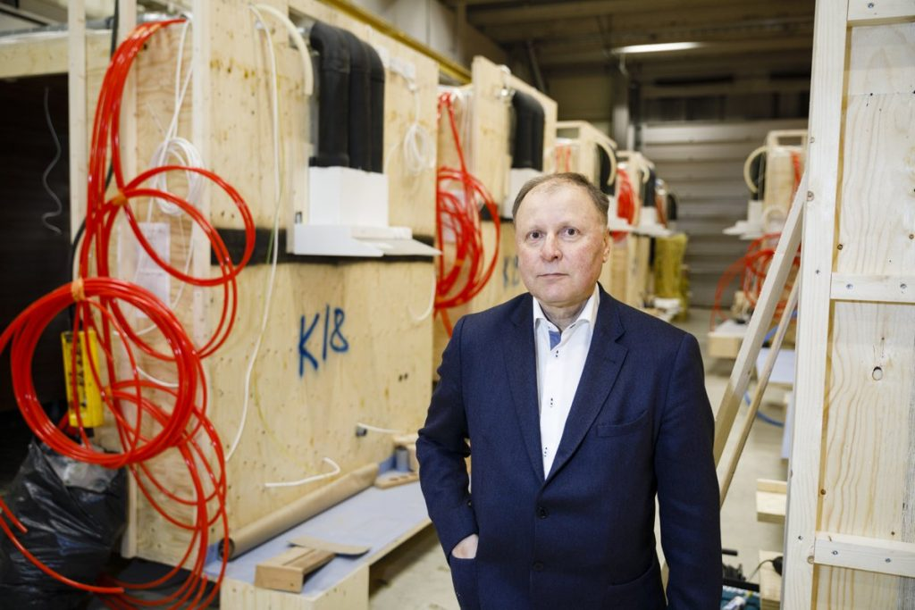Vantaa, Finland. Sisco Oy:n tj Lauri Helminen ja markkinointijohtaja Kimi Vainio Siscon tehtaalla jossa tehdään LVL elementeistä taloja.