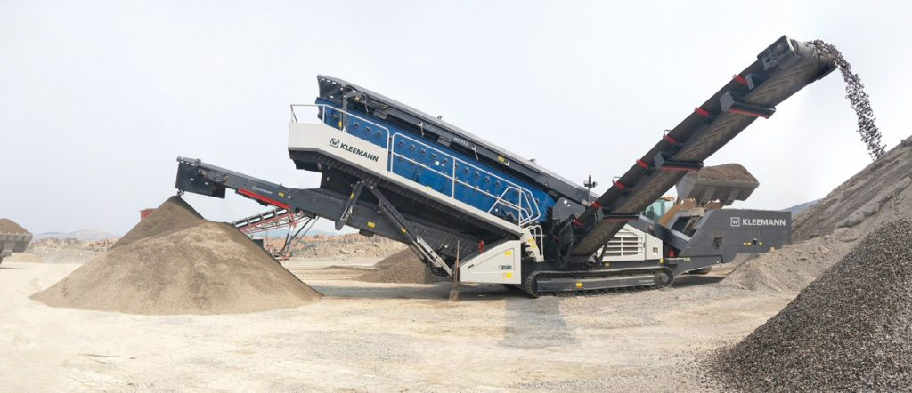 The MOBISCREEN MS 953 EVO triple-deck classifying screen can be put to highly flexible use in natural stone and recycling applications.