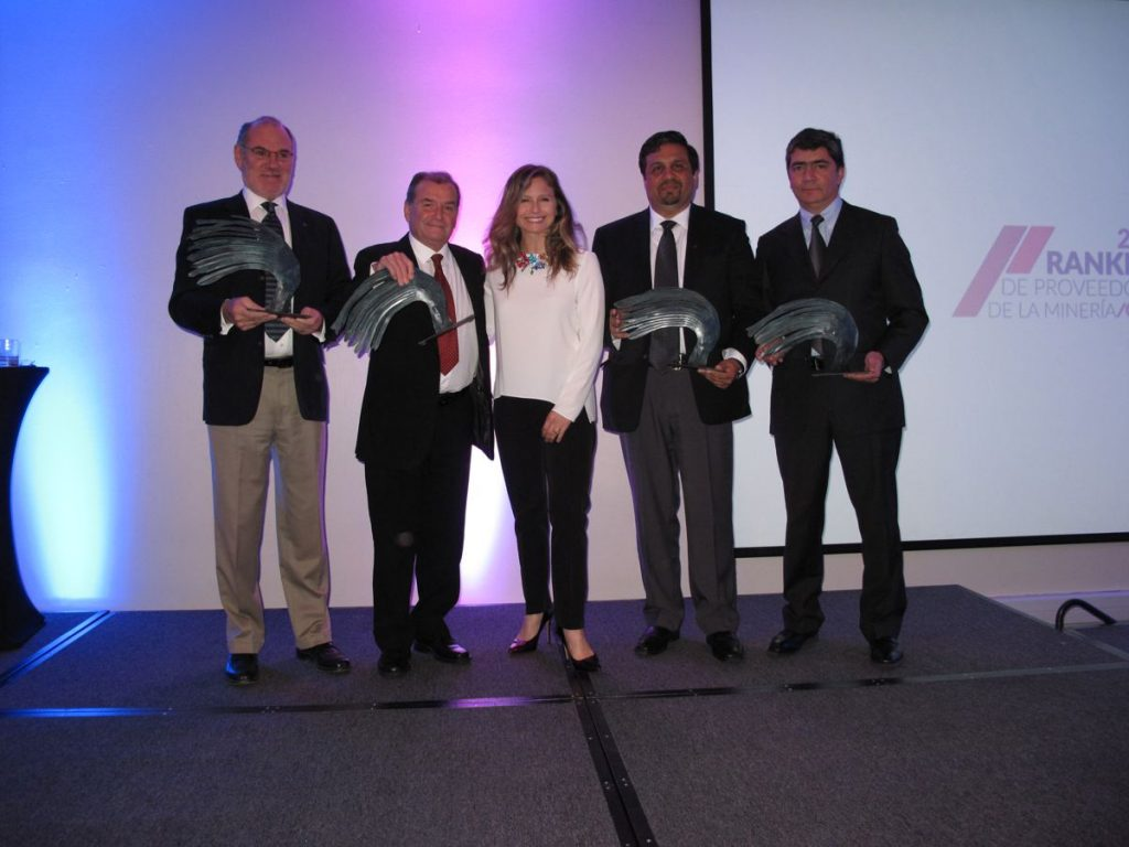 Metso's José Luis Olaeta and Aldo Cermenati, event host Soledad Onetto and Metso's Eduardo Nilo and Claudio Garcia after the award ceremony.