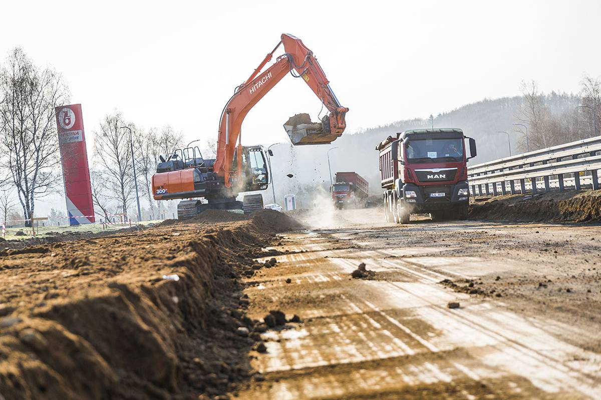 Hitachi ZX300LC-6 excavator proves its reliability and ease on D1 Highway in Czech Republic