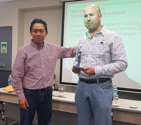 Valverde from Minera Las Bambas handed the award to Metso's Martin Rios, Head of Operations and Contracts in Services and Contracts Management for the Pacific Rim market area.