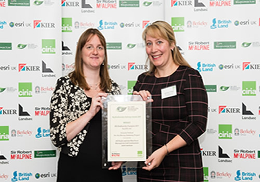 Anna Baker, Head of Sustainability, Sir Robert McAlpine(left) presented the award to Victoria Pollard from Merseylink Civil Contractors JV.