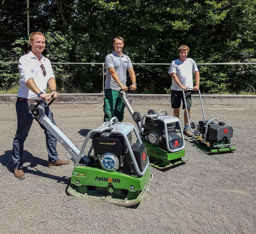 Master gardener and landscaper Peter Dörflinger (centre) with sub-contractor Matthias Mayer (right) and Matthias Pfaff of Reichert's Sales Dept. The entire surface was professionally compacted with the three vibratory plates