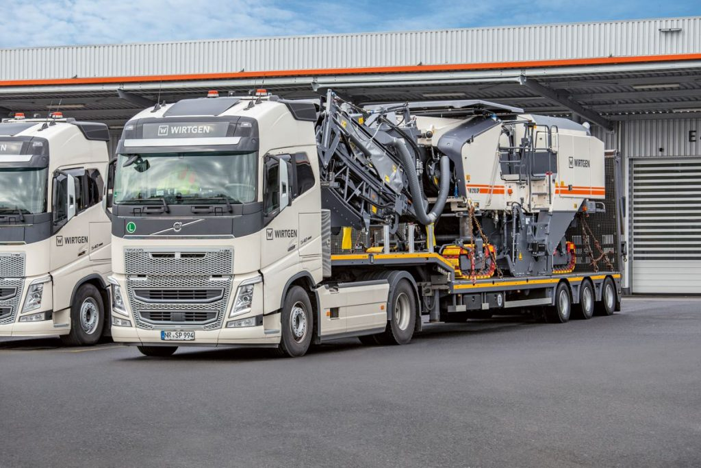 The folding loading conveyor and hydraulically retractable weather canopy support the construction professionals during loading and transport of the new Wirtgen W 210 XP
