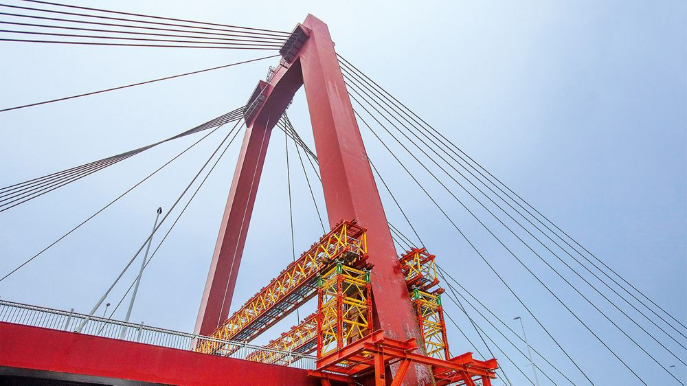 VRB Truss Girders and VST Heavy-Duty Shoring Towers, constituent components of the VARIOKIT Engineering Construction Kit from PERI, served to transfer the high loads into the pylon foundations.