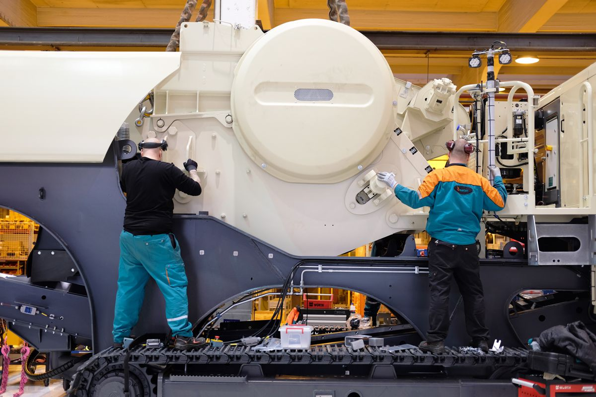 Operating in two shifts, the new assembly line can complete more than two track-mounted crushing plants in one day.