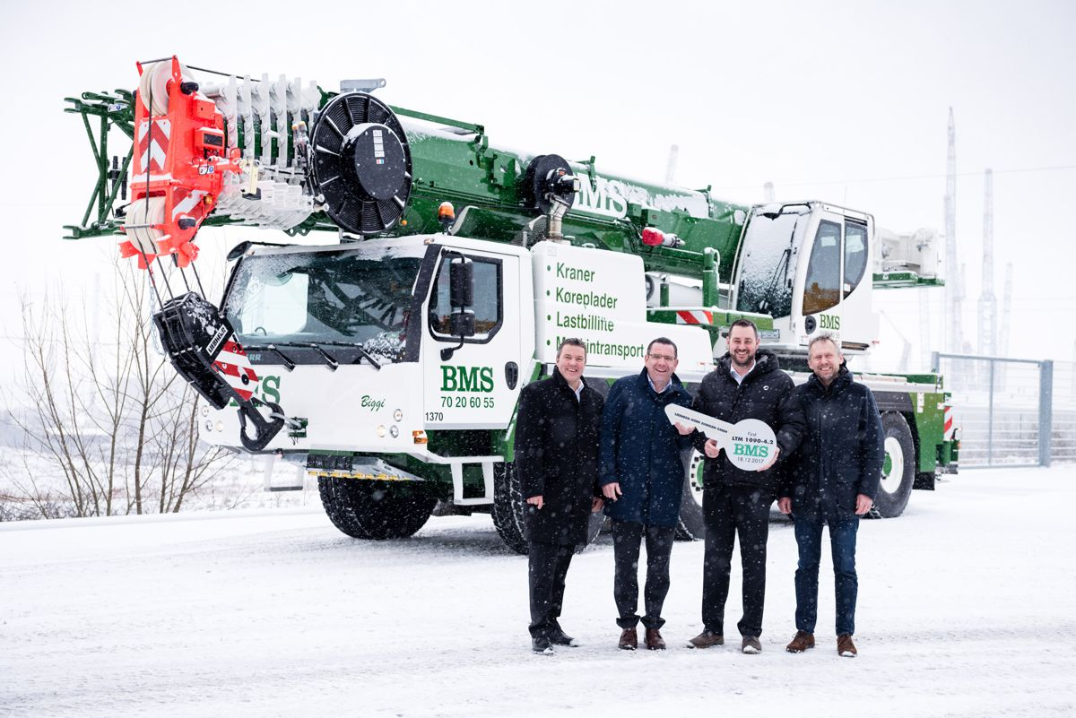 Crane handover in winter conditions in Ehingen, from left to right: Tommy Borgring, Christoph Kleiner (both from Liebherr-Werk Ehingen GmbH), Per Thorsen Christiansen (BMS), Kristian Holst (Liebherr-Danmark ApS).