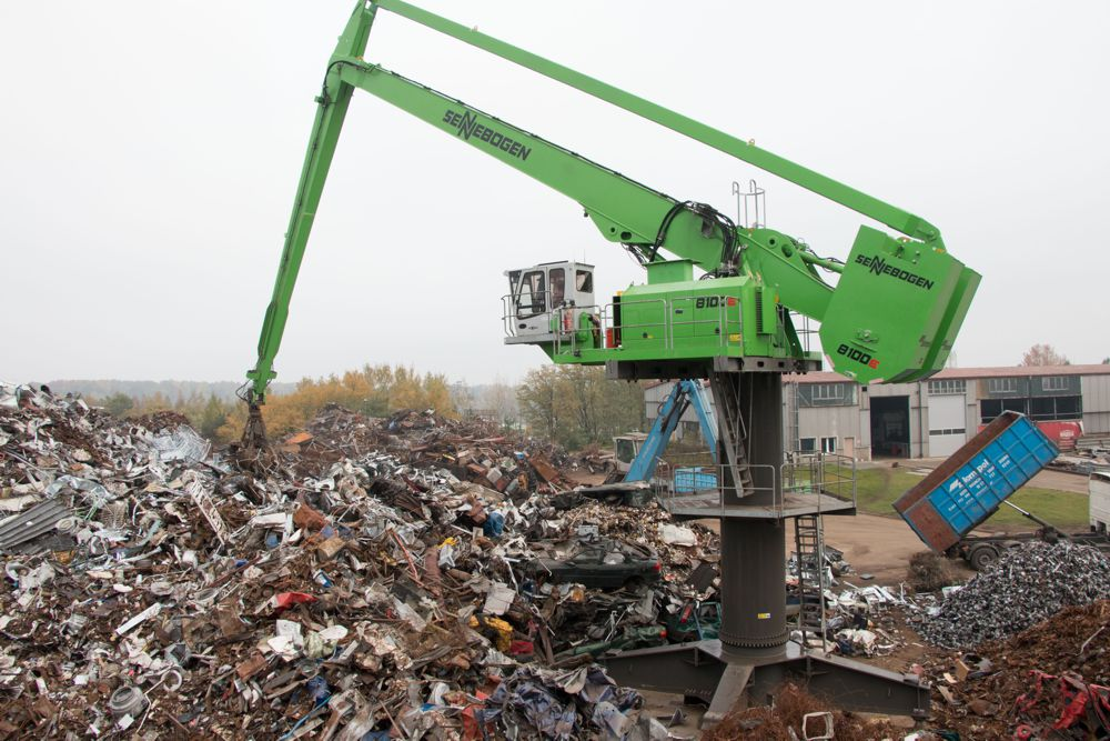 At Zlompol in Tarczyn in Poland, a SENNEBOGEN 8100 EQ with a range of 27 m and an electric motor feeds the shredder. The machine covers around 2,500 sqm from a stationary position in the center of the yard.