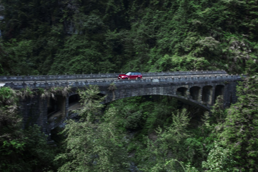 Range Rover Sport PHEV first SUV to climb Heaven's Gate in China