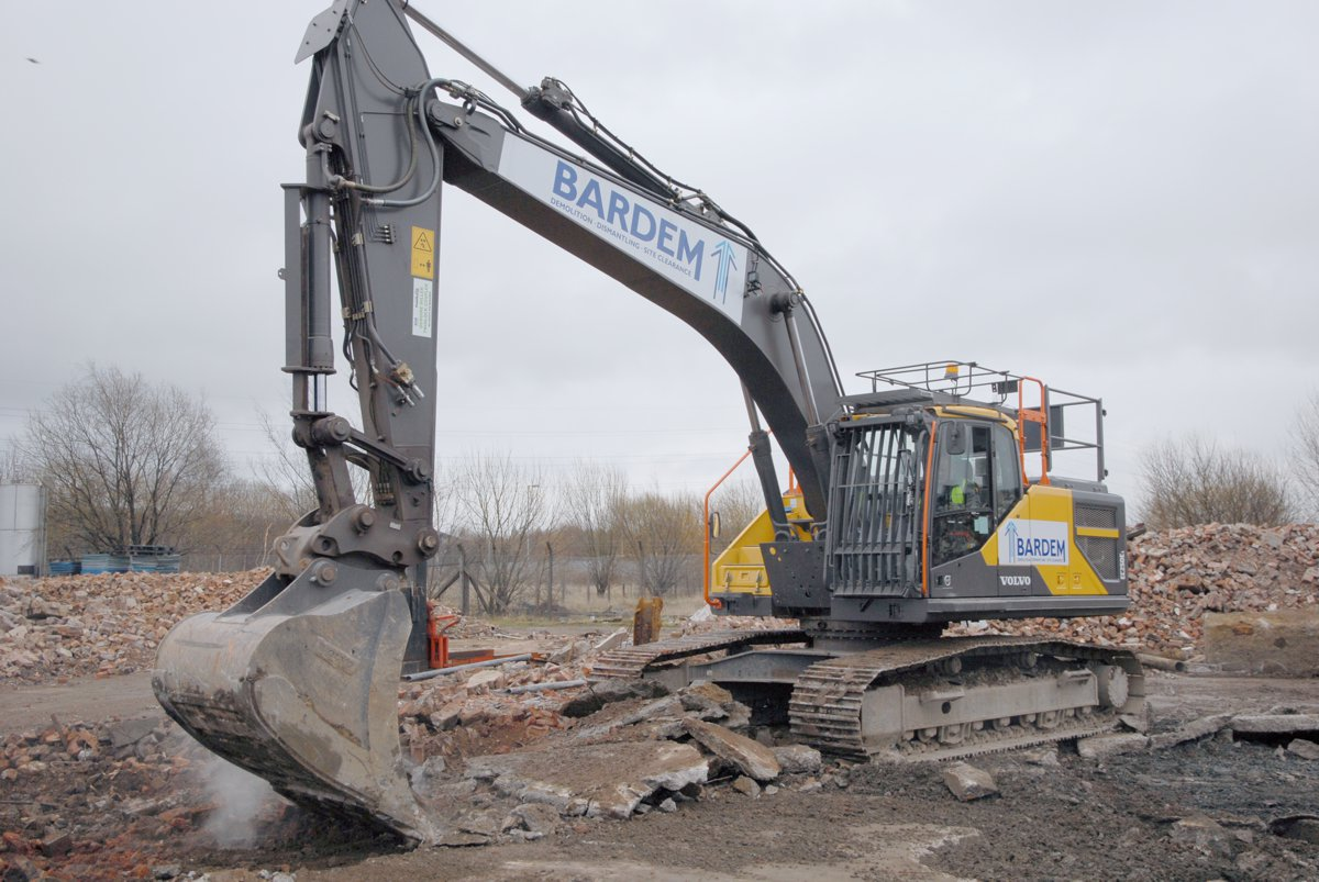 Bardem leads the way with new 25 ton Volvo Excavator - Highways Today