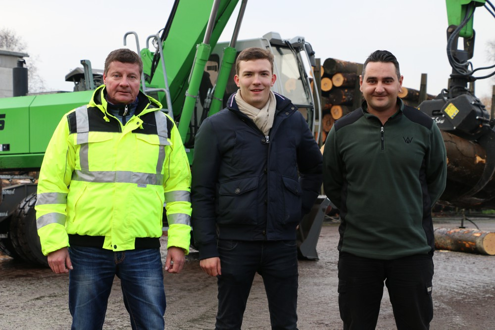 Proud of their special SENNEBOGEN material handler: Driver Thomas Moser and Junior Manager Alexander Palloch, together with Fischer & Schweiger salesman Armin Stark (from right)