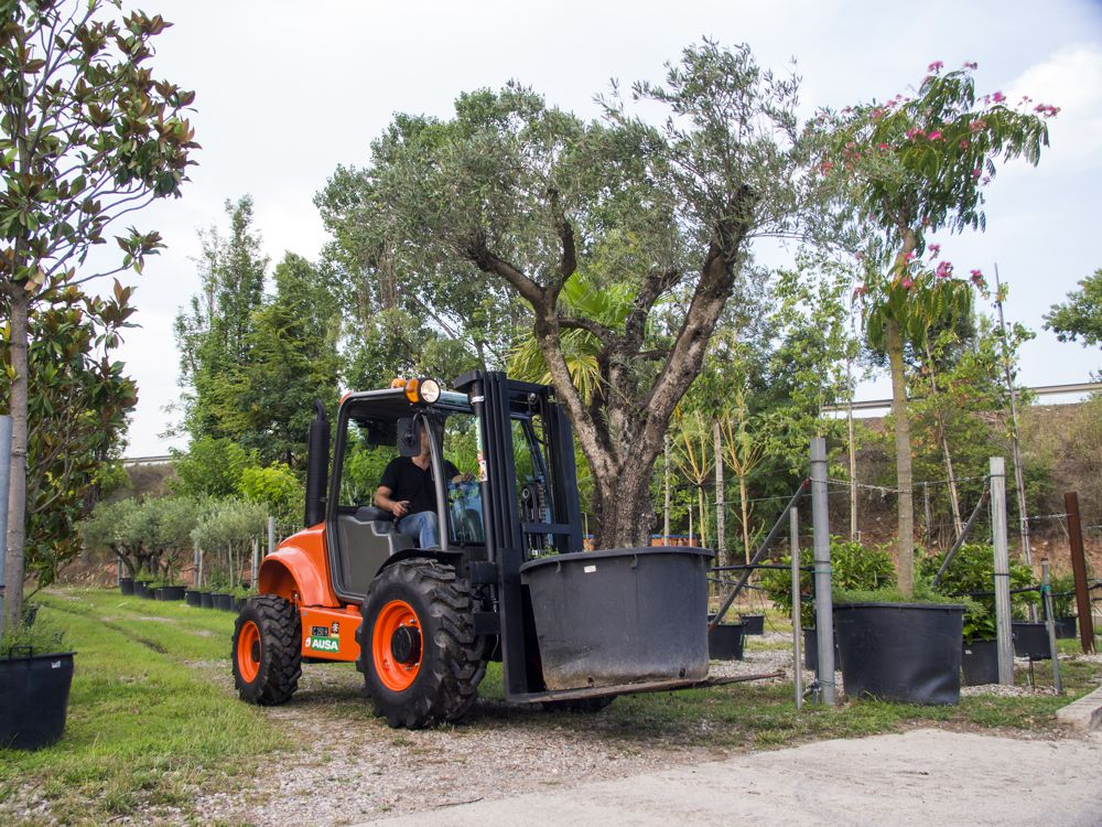 The model range includes rigid chassis dumper at 1,500 kg of payload and articulated dumpers from 2,500 to 3,500 kg