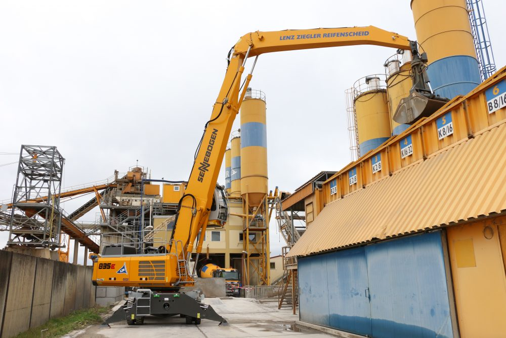 A SENNEBOGEN 835 E-series unit in customer colours is successfully used by Lenz-Ziegler-Reifenscheid in Kitzingen to handle sand and gravel and feed the processing facilities.