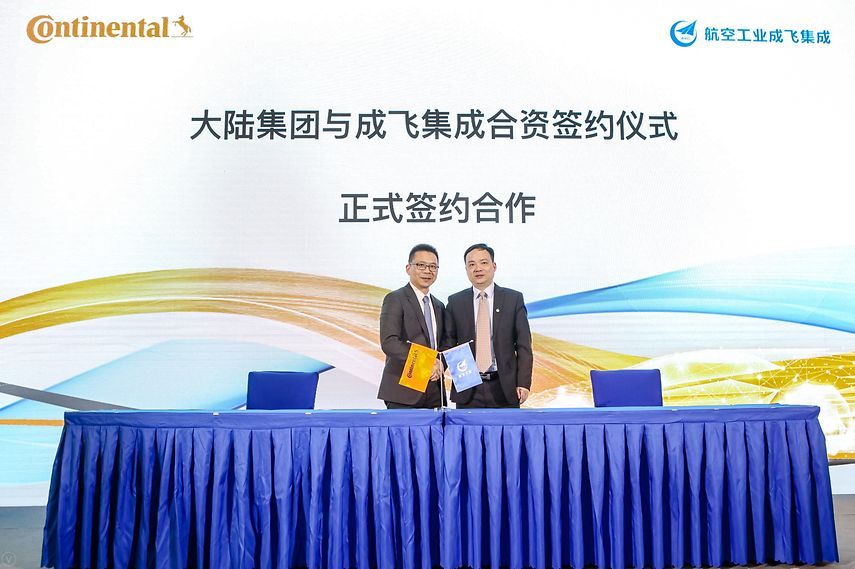 From left to right: Enno Tang, President and CEO Continental China and Xiaoqing Shi, Board Chairman and General Manager of CITC - © Continental AG