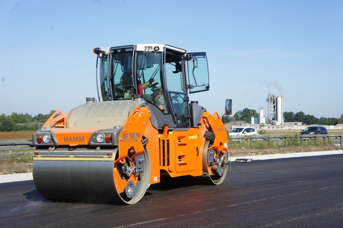 Innovation specialist Hamm: following intensive development and exhaustive testing, the new HD+ 90i PH is now available in many configurations. The first road roller with hydraulically-assisted hybrid power train on the market is exceptionally fuel-efficient, quiet and environment-friendly. It is shown here in the version with oscillation drum compacting the surface course on the A 93 motorway in Germany.