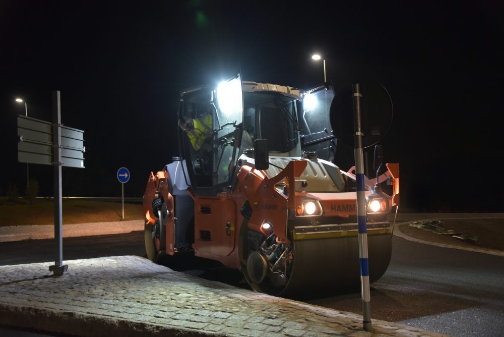 In summer 2017, the HD+ 90i PH successfully compacted a wide range of asphalts on diverse construction sites in Sweden. The success is measurable: fuel consumption was cut by 15% with no loss of compaction performance.