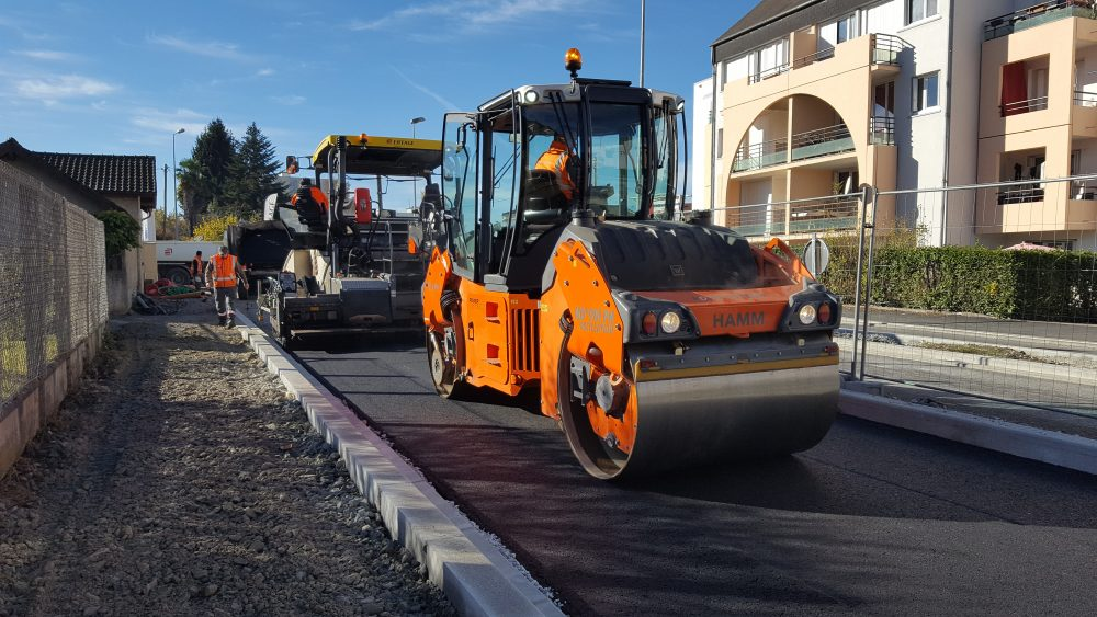 Various trials with Eiffage in south west France demonstrated: the HD+ 90i PH achieved the same compaction performance as the comparable conventional 9-t roller.
