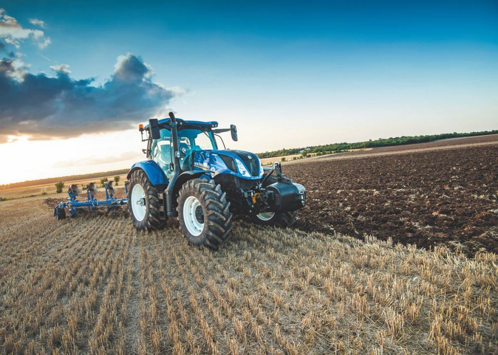 T H WHITE showcases New Holland latest tractors, balers and forage harvesters at Grassland UK