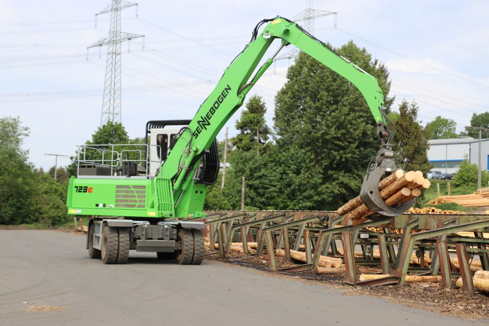 """""""A key piece of equipment in our sawmill and in the log yard,"""" is the glowing review given by Managing Director Bernd Koch in relation to the green SENNEBOGEN 723 material handler. This machine with a reach of 11 m and a 1.25 m² log grapple has been put to use with great success at Sägewerk Koch GmbH in Germany's Westerwald region."""