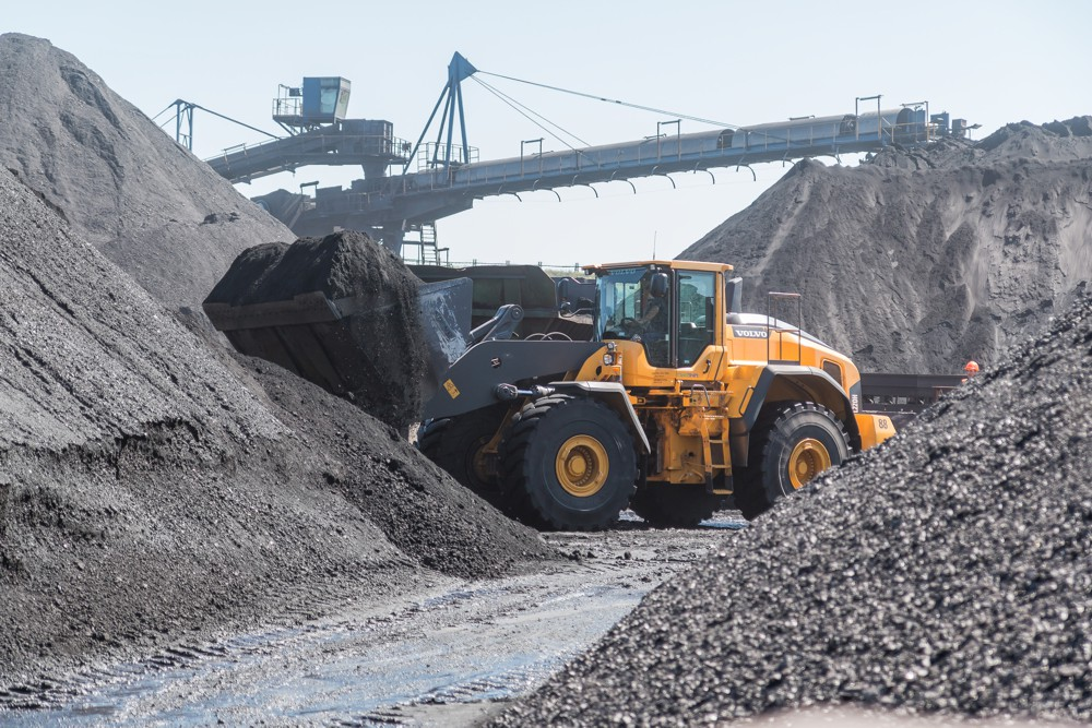 A Volvo L220H demonstrates its superior bucket fill.
