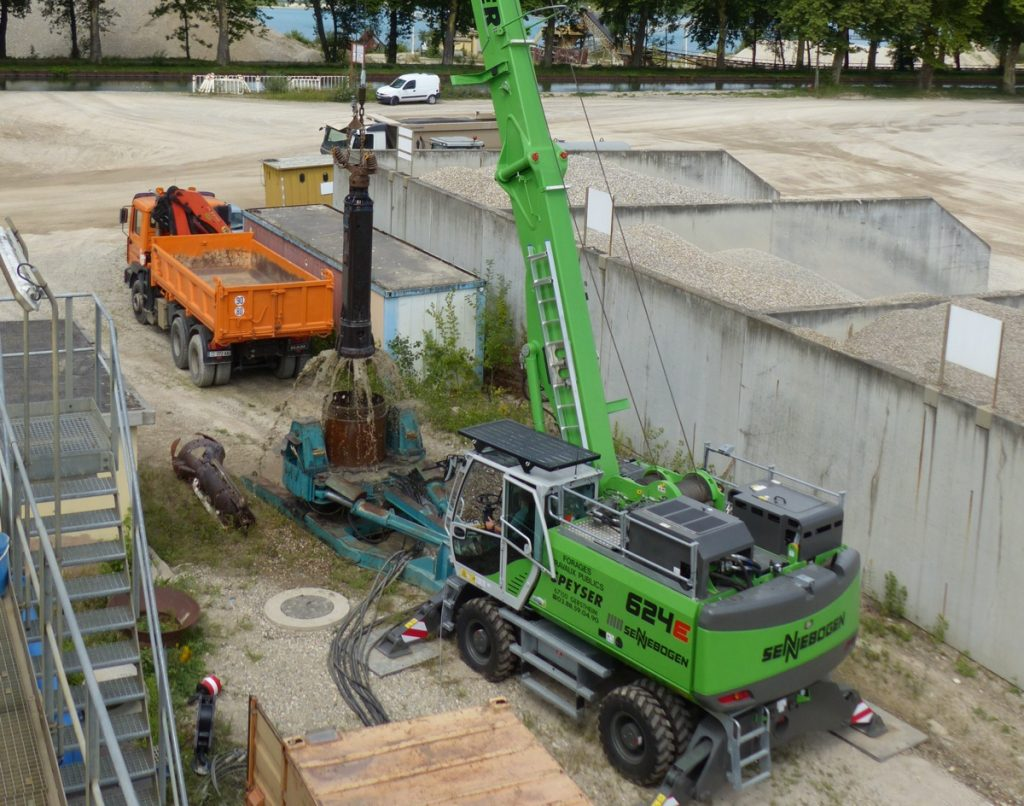 Well drilling in a gravel pit to the south of Strasbourg (Bas-Rhin)