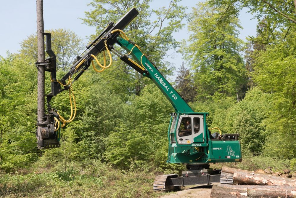 At Interforst in Munich from July 18 to 22, SENNEBOGEN will show the 718 E forestry telescopic crane for applications with various van Osch attachments and 13 m reach.