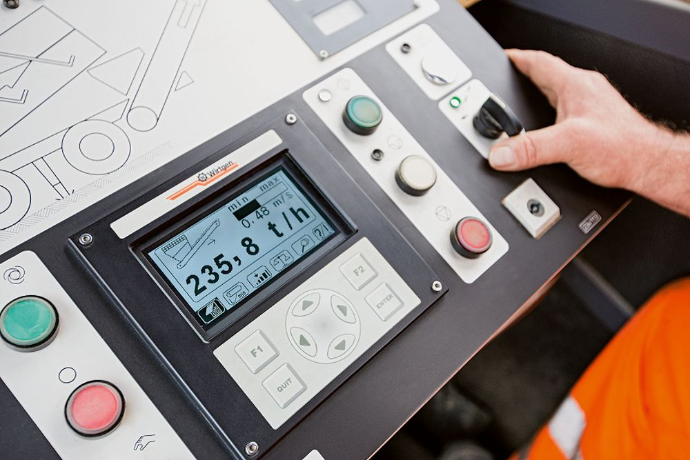 The clearly structured control panel in the cabin allows the operator to see the current mixing capacity – in this case 235 t/h. This makes it easy to achieve typical daily outputs of 2,000 t in 10 h.