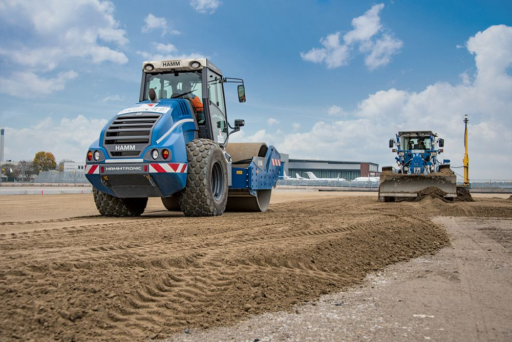 The hydraulically bound base at Cologne/Bonn airport was compacted by a Hamm H 16i compactor.