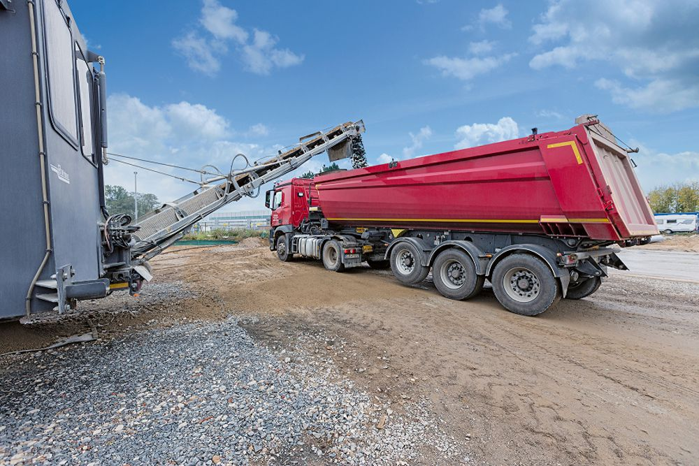 The slewing discharge belt of the mobile Wirtgen KMA 220 cold recycling mixing plant allows the trucks to be loaded to capacity and ensures smooth onward transport – even under full load.