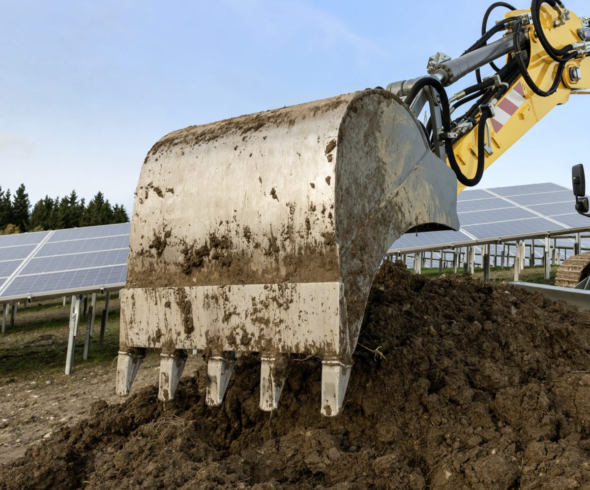 Earthmoving work with the Liebherr productivity bucket.