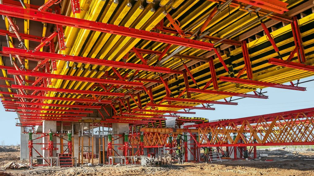 For forming the superstructure comprised of bridge beams and carriageway slab, the planners combined VARIOKIT formwork units with VARIO GT 24 Girder Wall Formwork system components.